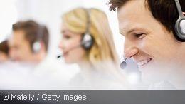 Drei Mitarbeiter eines Callcenters im Kundengespräch