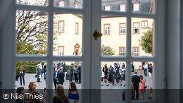 Blick durch ein Fenster in den Schlosshof der Hochschule der Bundesbank